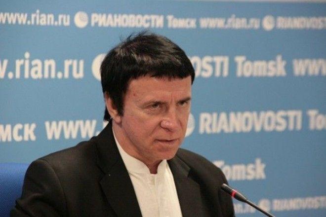 Анатолий Кашпировский выступает в конференц-зале гостиницы на окраине Нью-Йорка. Он до сих пор увлеч