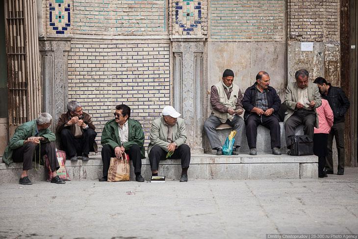 Прежде чем идти на базар, мы отправились в банк, чтобы поменять деньги. Но в банке нам посовето