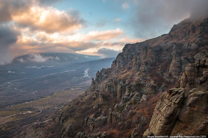 2. Долина Привидений расположилась у подножия горы Южная Демерджи, в километре от деревни Лучистое.
