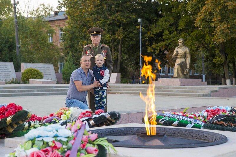 Дедушка участник Великой Отечественной Войны с внуком Геннадием и с правнуком Никитой ,май 2016 г.