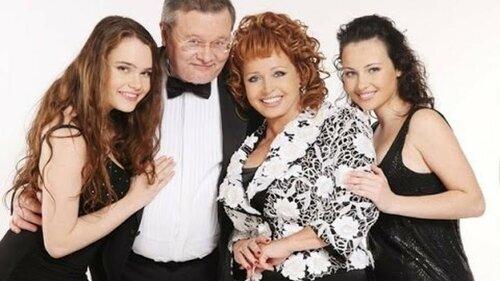 Тамилла Полежаева со своей семьей.jpg