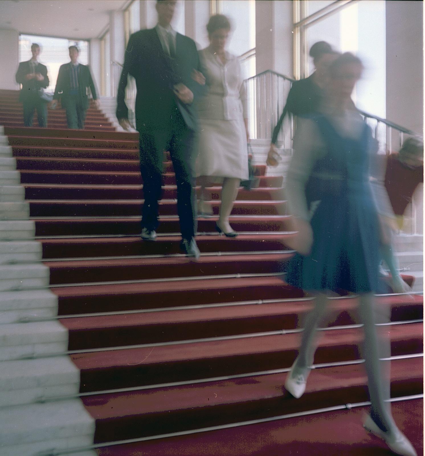 Люди в фойе Государственного Кремлевского дворца
