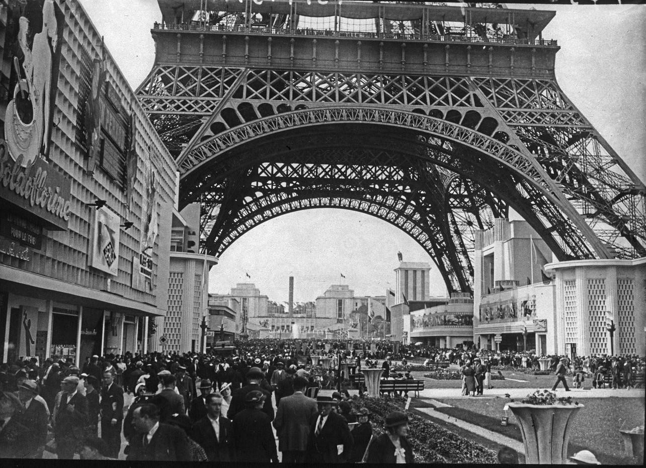 День открытия. Толпы посетителей под Эйфелевой башней. 24 мая 1937