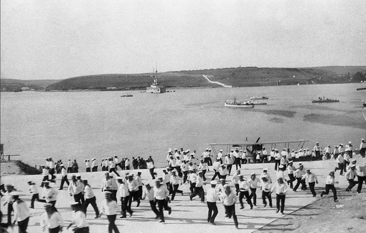 Станция гидроавиации флота. На дальнем плане на рейде - линкор Три Святителя. 1915
