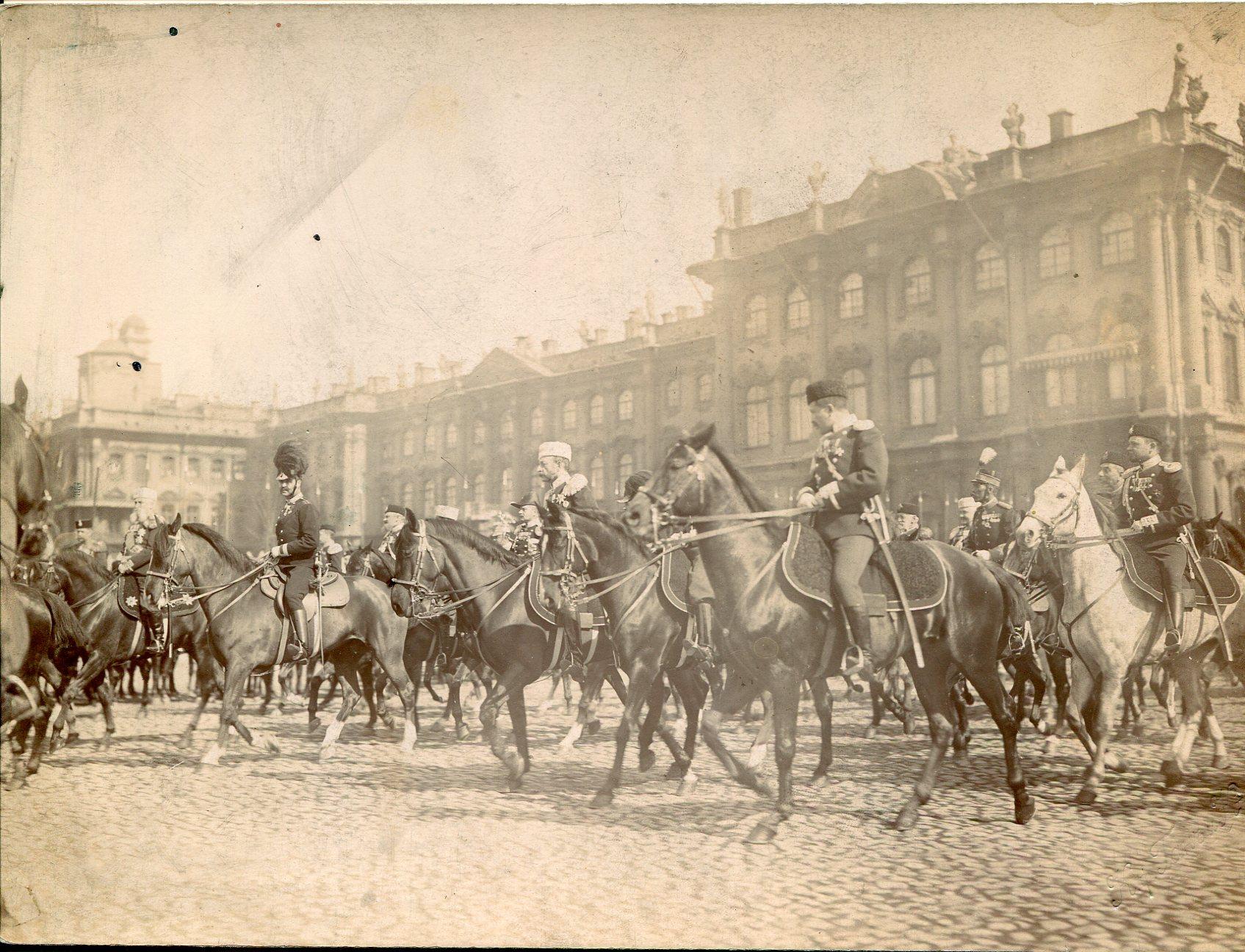 Фотография парада на фоне Зимнего Дворца в Санкт-Петербурге. Офицеры изображены с драгунскими шашками обр.1881