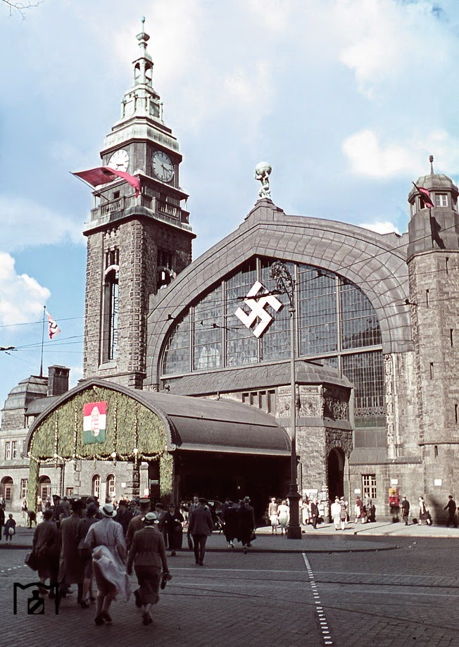 Contemporary jewelery during the state visit of the Hungarian regent Miklós Horthy at Hamburg Central Station.jpg