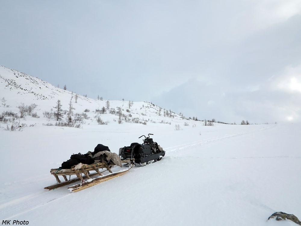 Снегоход и нарты