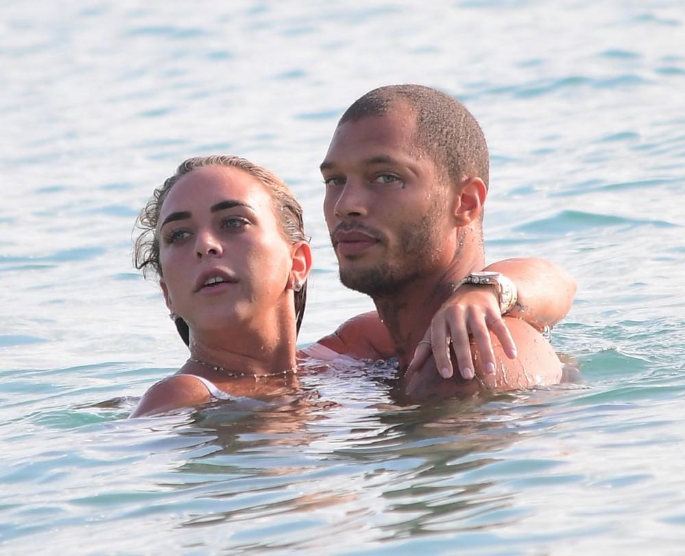 Самый красивый преступник отдохнул с любовницей на Барбадосе