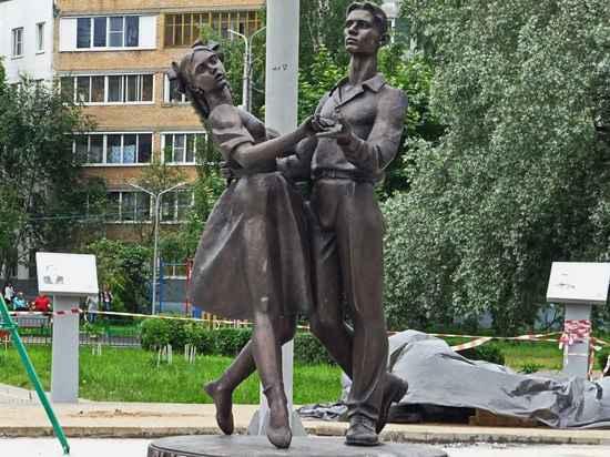 28.06.2017 18:04 В Сергиевом Посаде священник открыл эротический памятник выпускникам