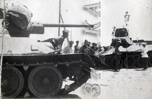 Чирчик училище 1942 белые гимнастерки.jpg