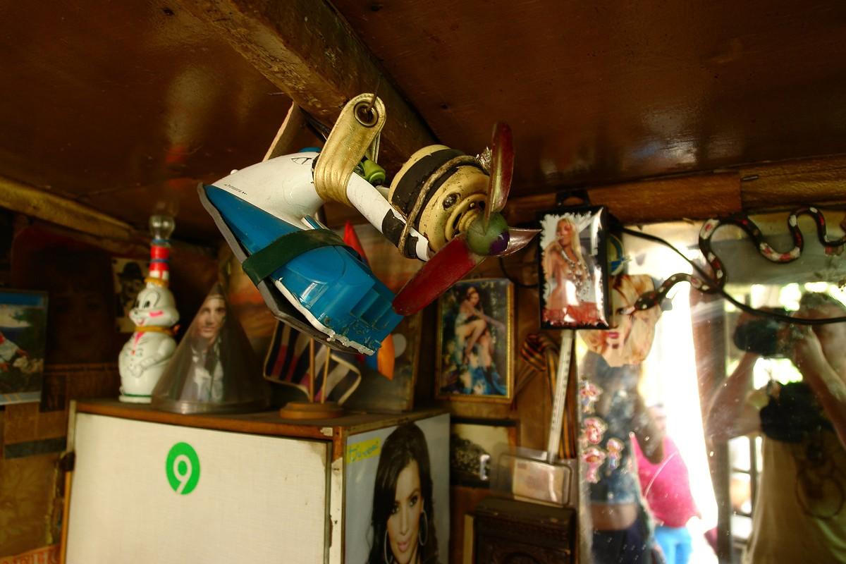 15. Отрывные календари на стене всё тоньше, постер Spice Girls всё жухлее, но вентилятор, приделанны