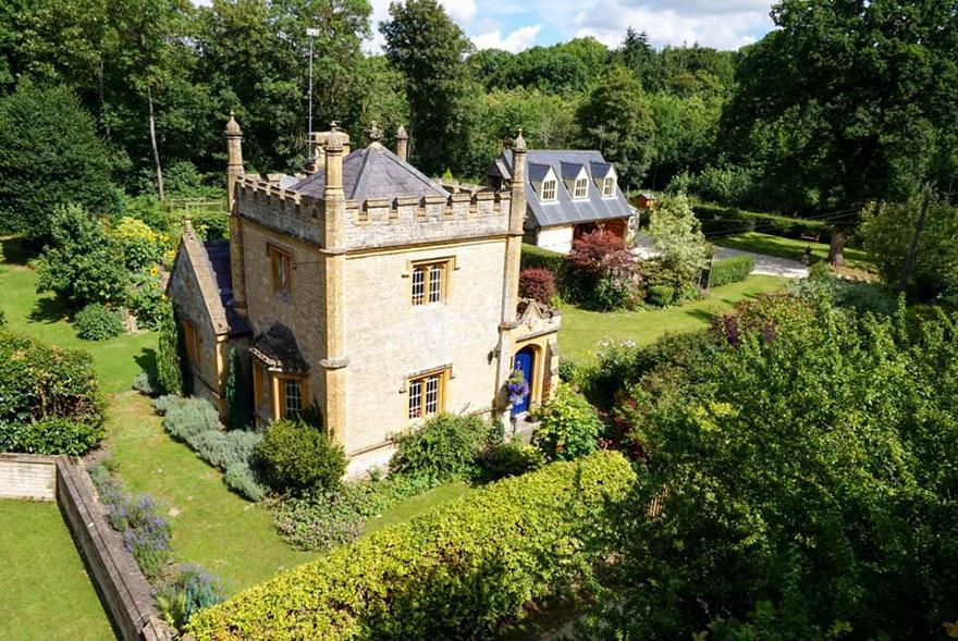 Самый маленький замок Великобритании продается не дороже квартиры (10 фото)