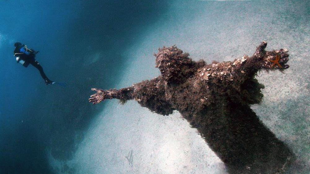 Статуя находится вбухте Сан-Фруттуозо, вводах Итальянской Ривьеры. Статуя высотой около 2,5 метров