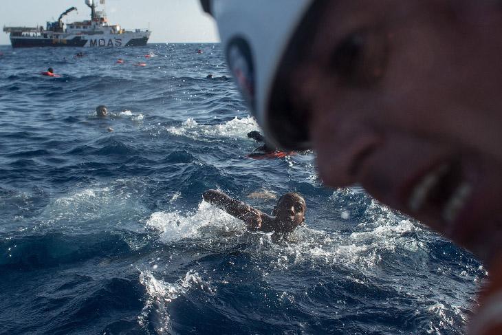 1. Переполненная деревянная лодка с мигрантами, направляющимися в Италию, опрокинулась, 24 мая