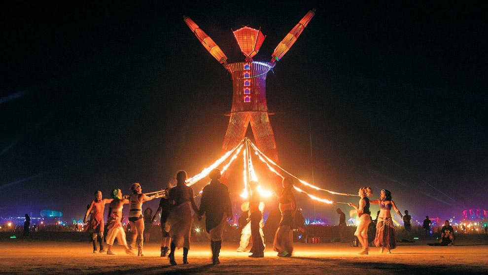 16. Еще несколько фотографий с самого необычного фестиваля в мире. Это 2011 год и мега-машина, котор