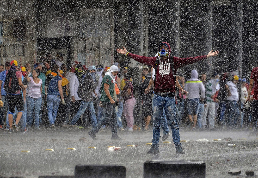 13. Временами происходящее в Венесуэле похоже на съемки голливудского боевика. (Фото Juan Barre