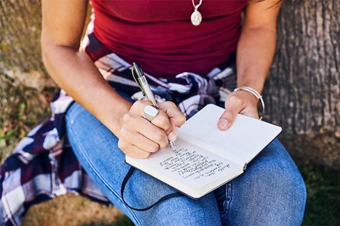 Как вы догадались, кольцо сообщается со смартфоном через Bluetooth. И с его же помощью можно управля