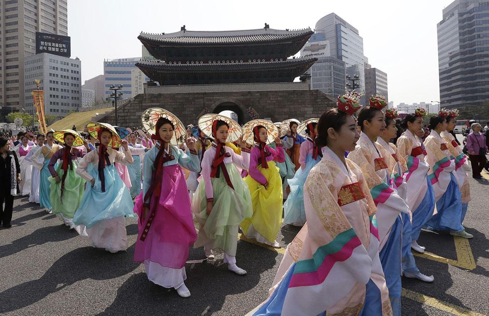 Церемония открытия восстановленного памятника Намдэмун в Сеуле, 4 мая 2013.(Фото AP Photo | Lee