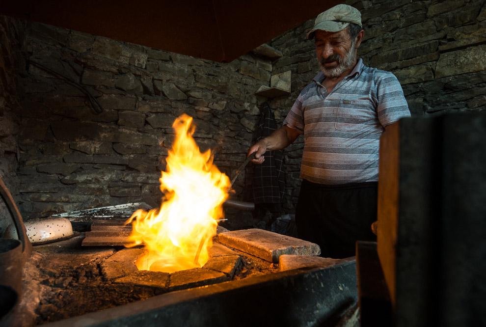 Стружка серебра засыпается в специальную печь, где оно постепенно нагревается и плавится. Когда