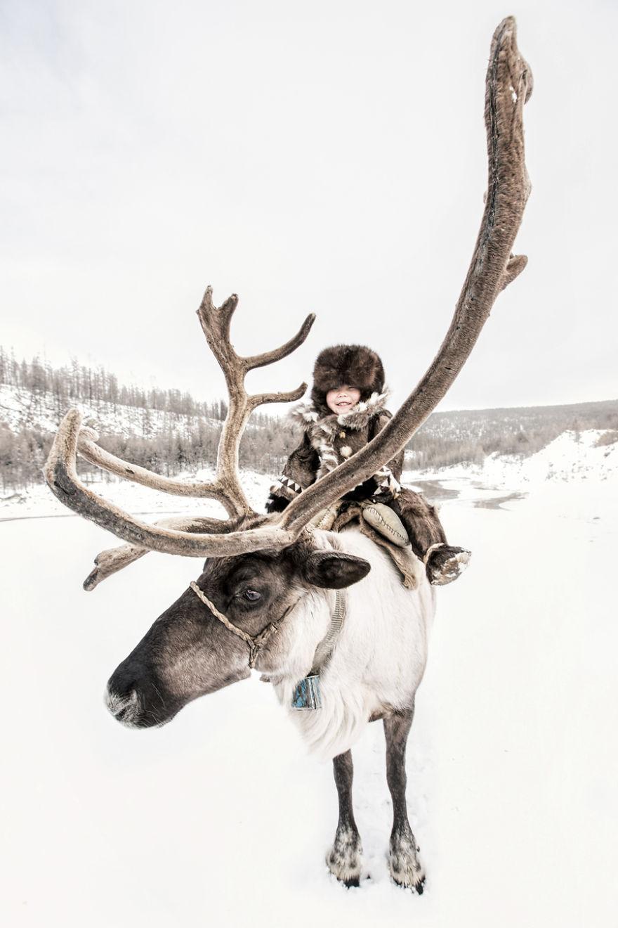 Эвенкийская девочка с северным оленем.
