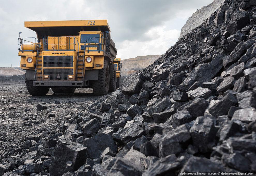 Для перевозки угля используются БелАЗы грузоподъемностью до 130 тонн: