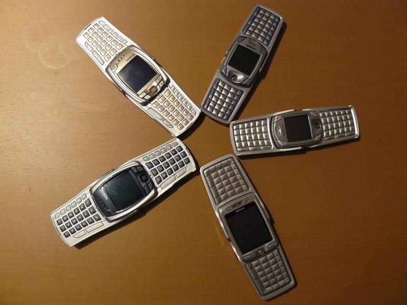 Телефон-раскладушка, но не совсем обычный, а с QWERTY-клавиатурой. Модель создавалась как раз для те