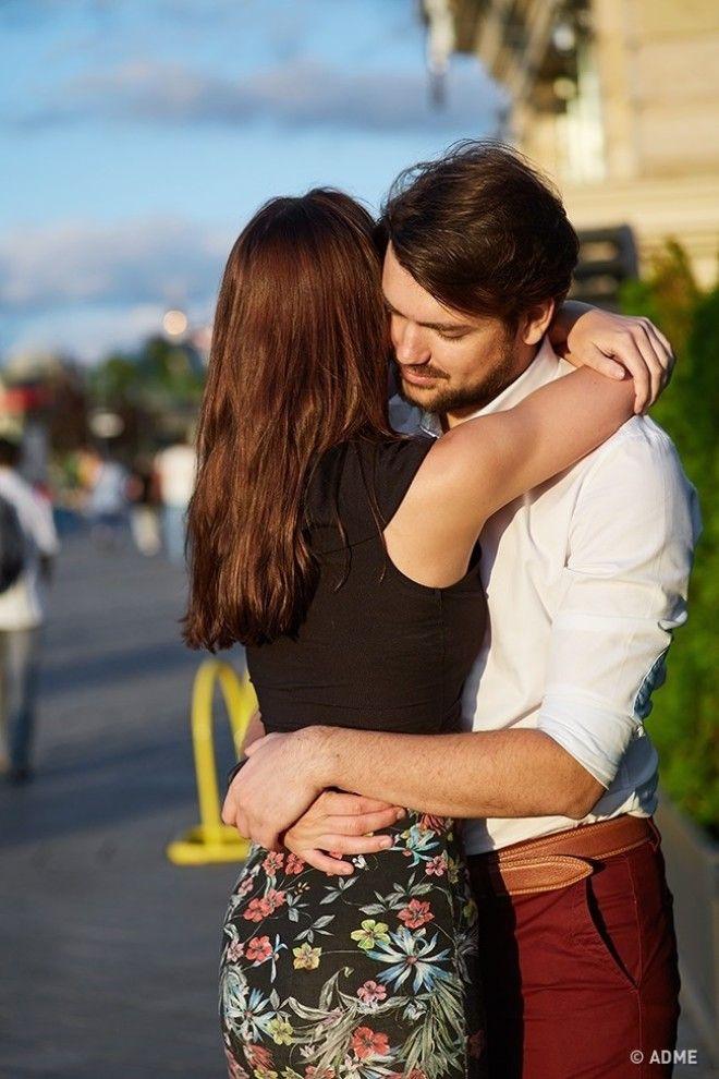 Если мужчина крепко-крепко обнимает вас при встрече, слегка поглаживая по спине, то вам здорово пове