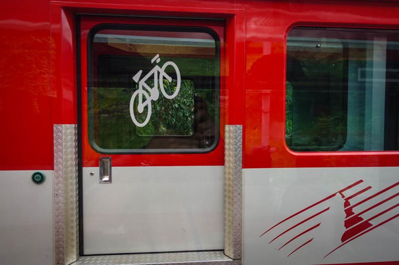 А ещё в поездах (правда не всех) есть специальные тамбуры для велосипедов.