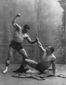 В Школе борьбы борцы борются по методу Лебедева. 1912