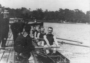 Члены яхт-клуба за учебной греблей