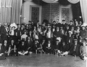 Группа членов клуба и гостей с призами клуба