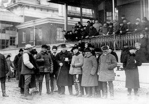 Зрители на Семеновском плацу наблюдают за бегами.