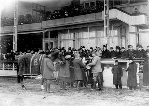 Вручение кубка, императорского приза, победителю в бегах на Семеновском плацу.