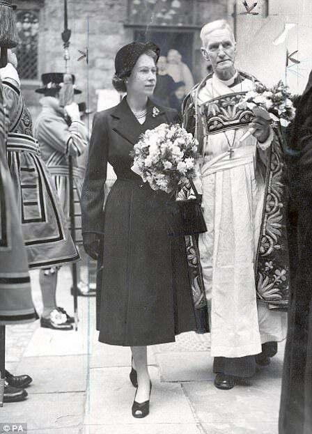 Королева Великобритании Елизавета II в Великий четверг в 1952 году