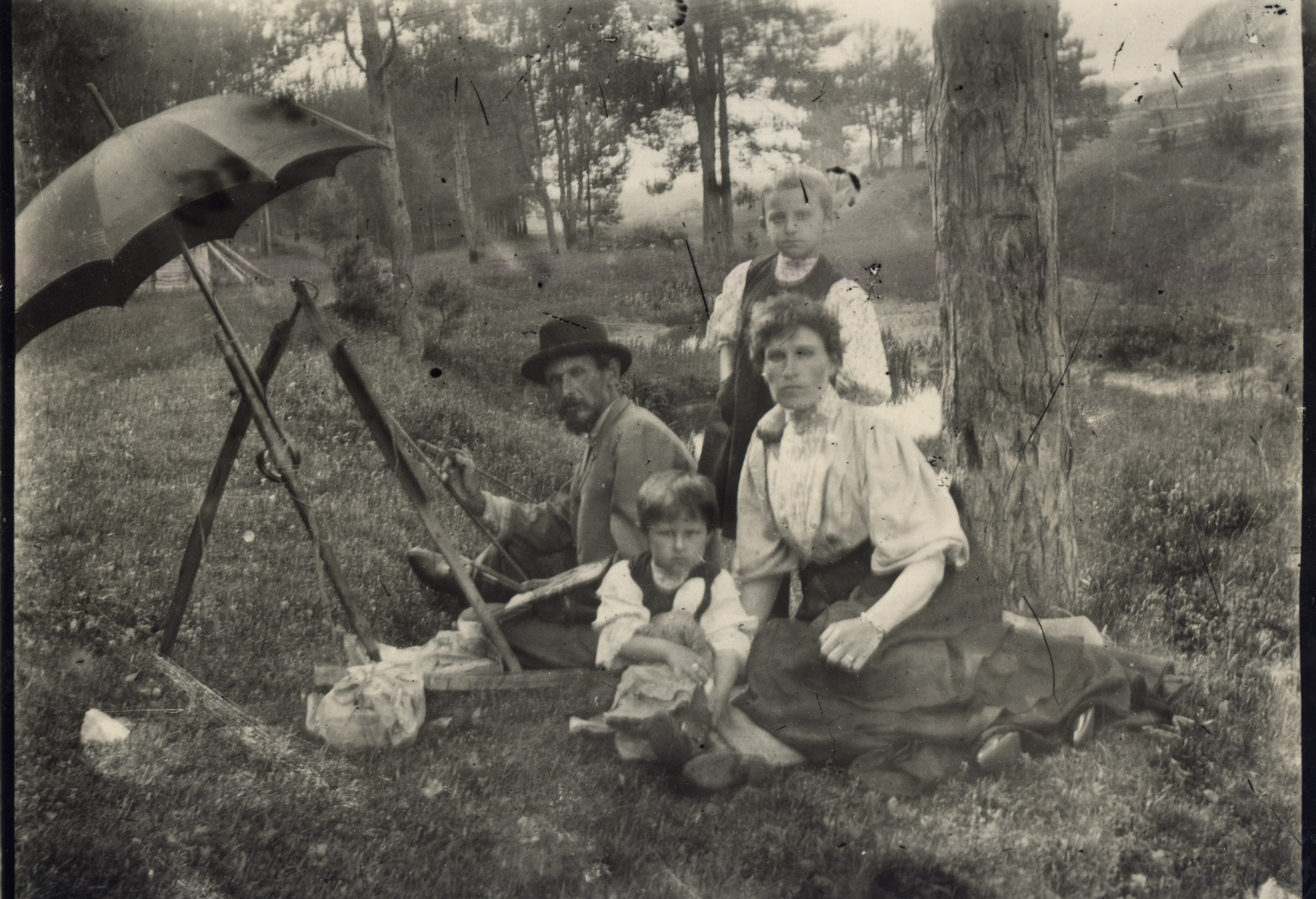 Художник Петр Целебровский с женой и детьми на пленере в окрестностях Мурома. Около 1907-1909