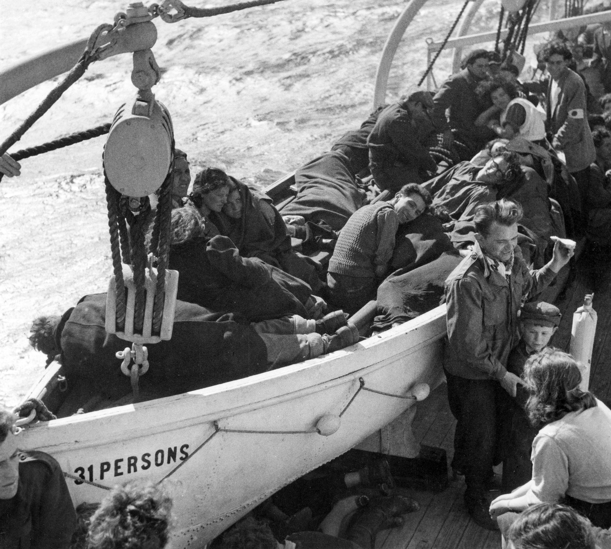 Захваченная англичанами лодка с незаконными иммигрантами доставлена в порт Хайфы
