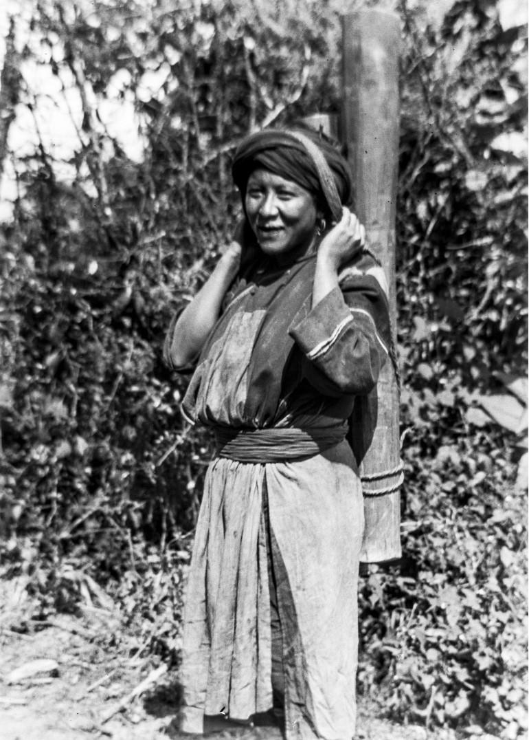 1021. Женщина с бамбуковым поленом