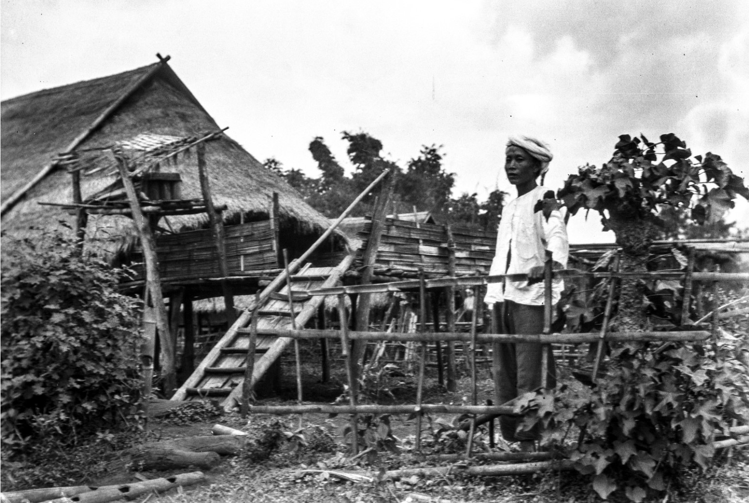 1066. Мужчина возле своего дома