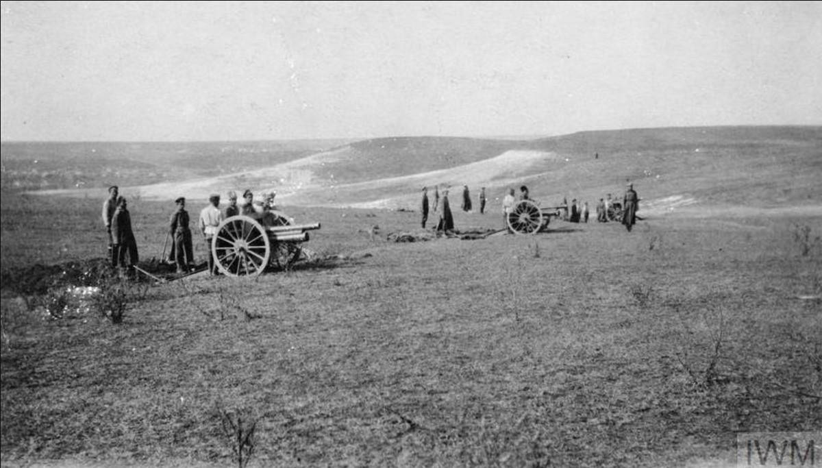 Артиллеристы собирают полевые гаубицы