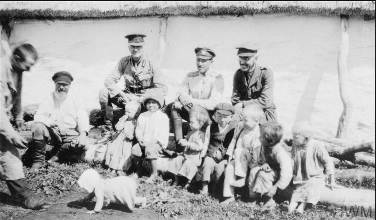 Генерал-майор Герберт С. Холман, начальник британской военной миссии на юге России, полковник Пергинцов, неизвестный русский офицер и еще один офицер Миссии Гарольд Вильямс с казачьими детьми в Полтаве после того, как город был захвачен. Август 1919