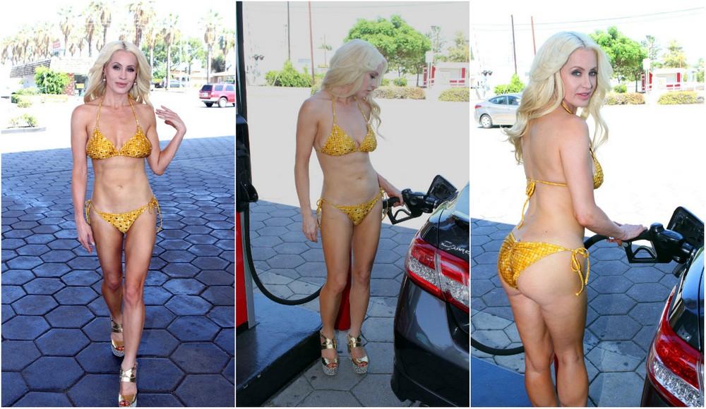 Сара Баррет в бикини на заправке