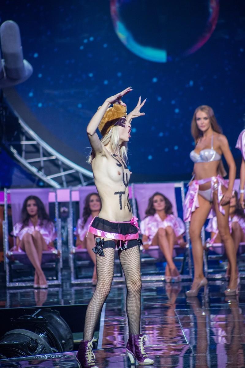 Активистка Femen назвала участниц конкурса красоты шлюхами