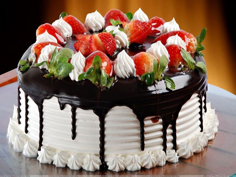 Соллазнительный торт черно-белый с целыми ягодами клубники