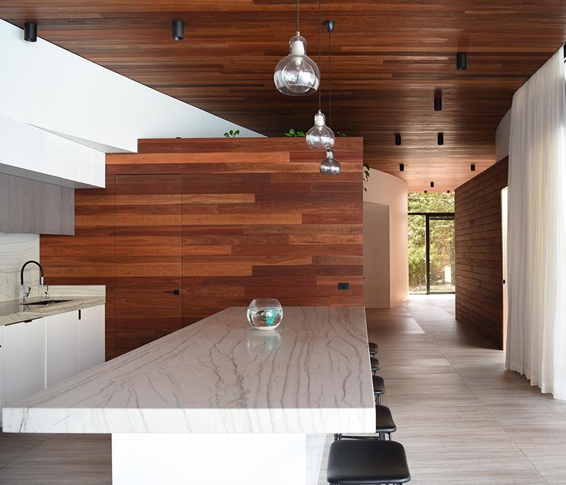 Частный дом олицованный белой плиткой в Австралии