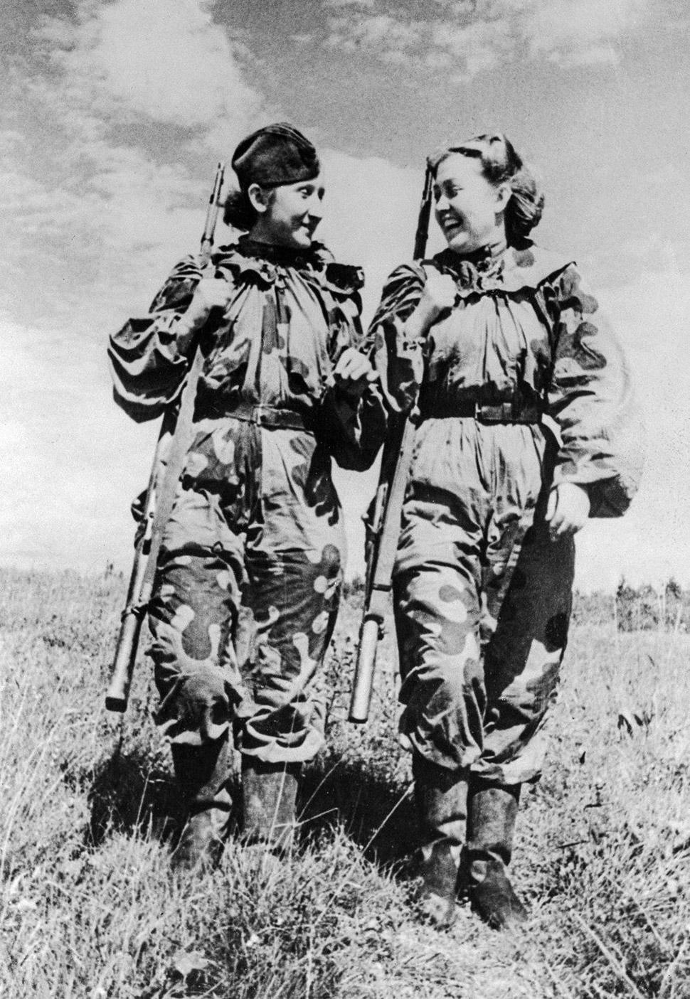 24 ноября 1943 года, снайперы О. Быкова и Р. Скрипникова возвращаются с боевого задания.