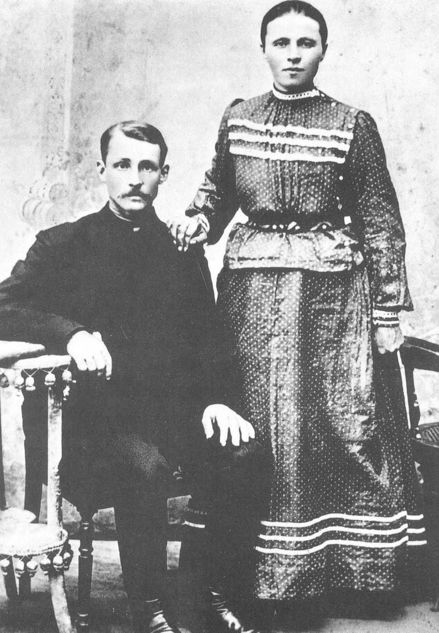Сергей Есенин со своими сестрами, 1912 год