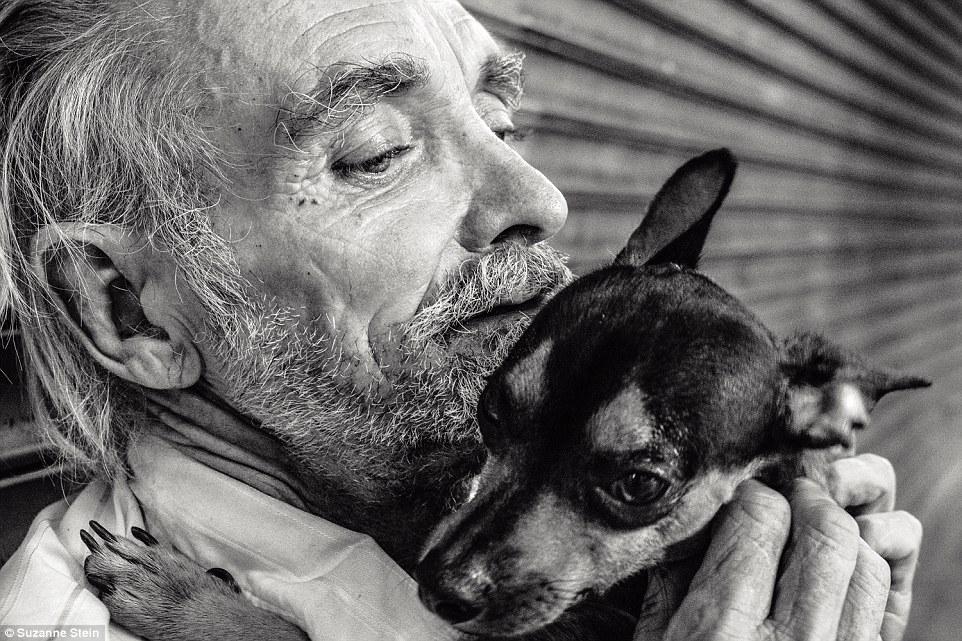 Ларри и его пес Ребел (rebel — «бунтарь»). Ларри спас Ребела от его предыдущего хозяина, который пос