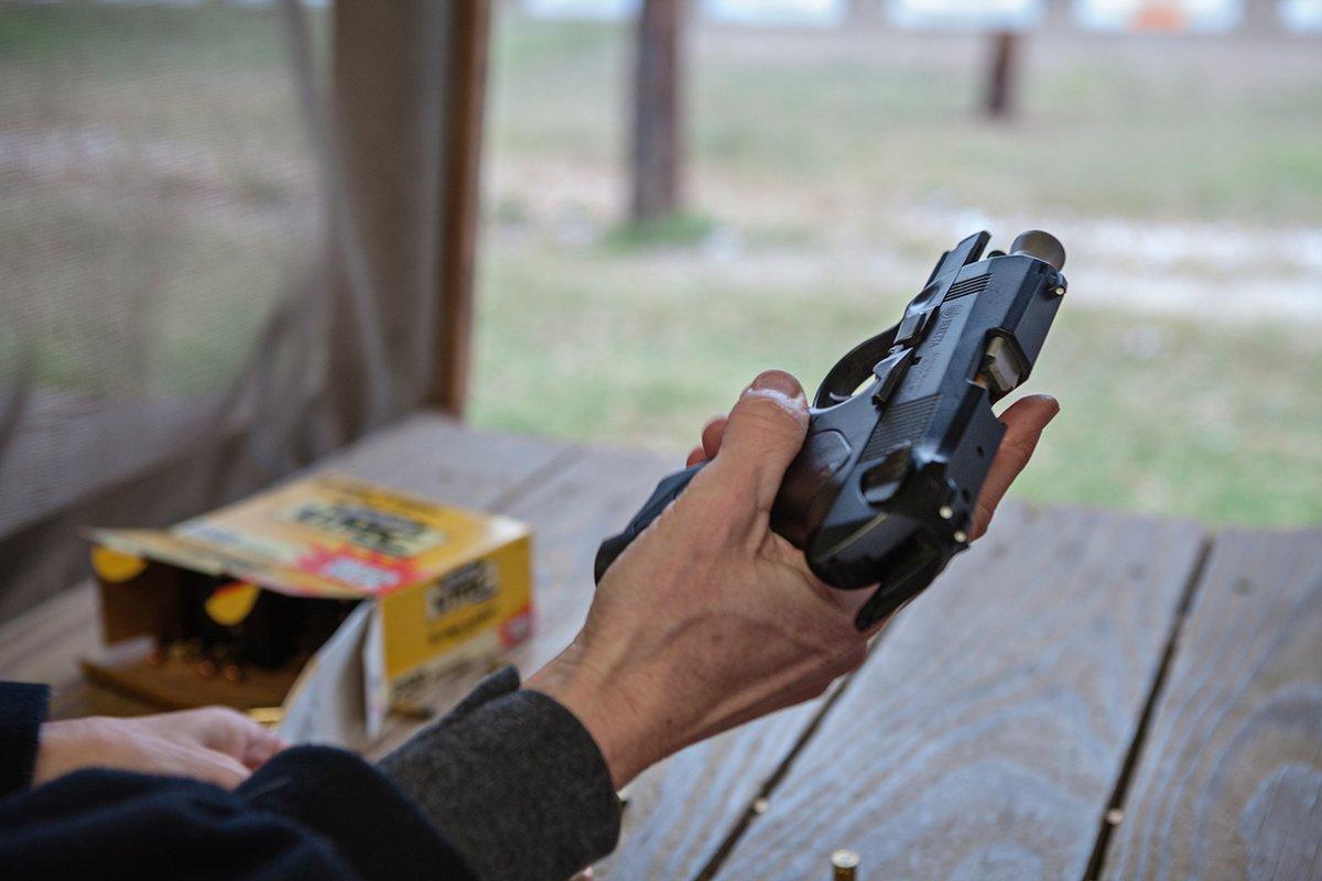 Других опасность поджидает недалеко от дома. Одна женщина живет на ранчо площадью 800 акров, где вод