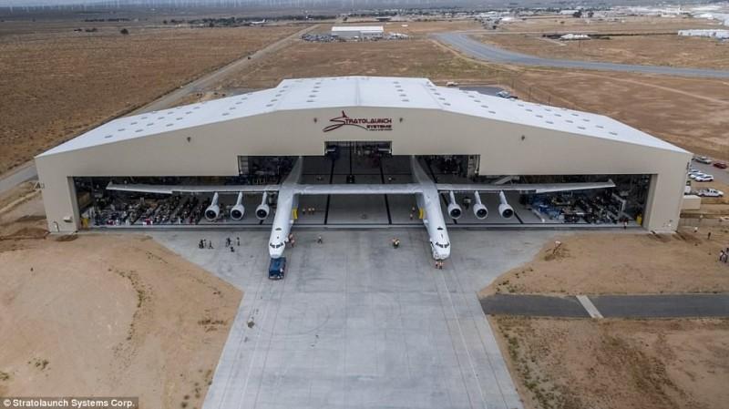 Сооснователь Microsoft представил самый большой в мире самолет