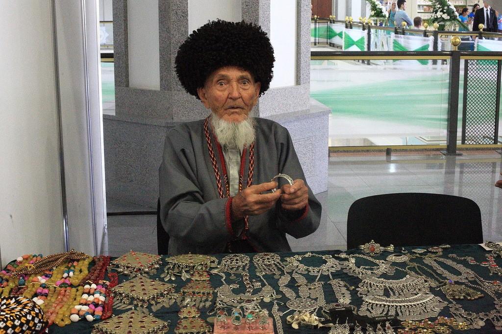 20. Какие же зарплаты в Туркмении? Средняя — 300 долларов, но никто не ограничивает получать хоть де